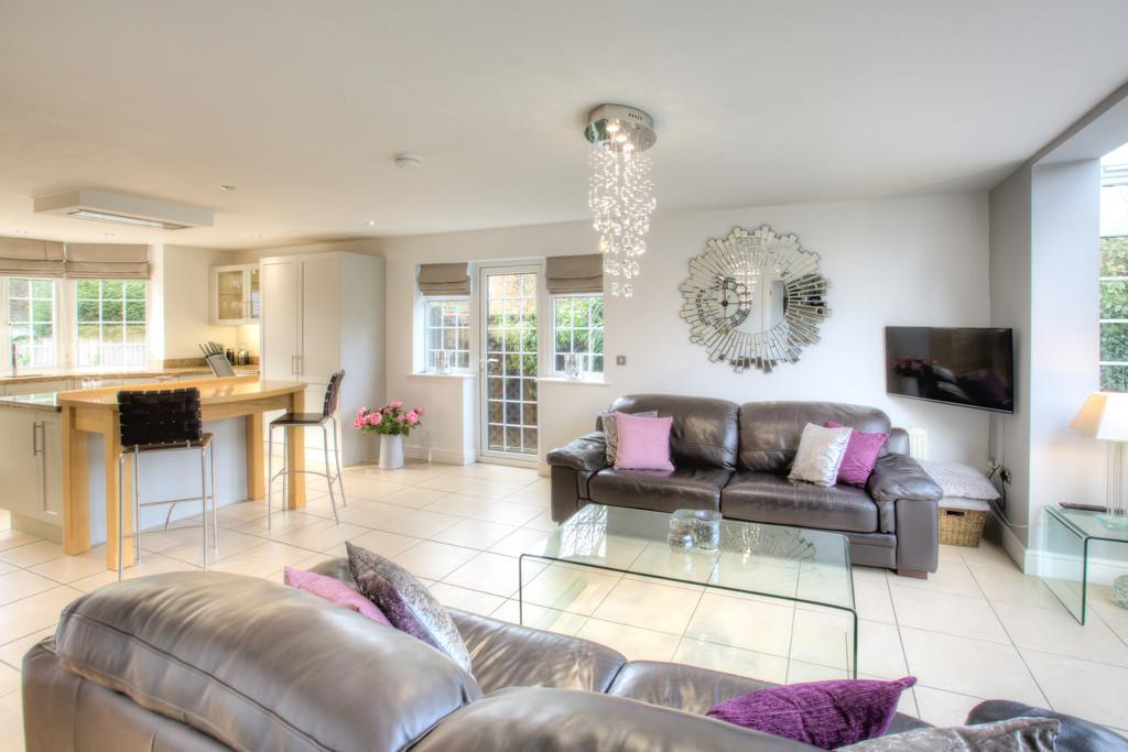 5 Bedrooms Detached House for sale in Main Road, Great Leighs, CM3 1NN