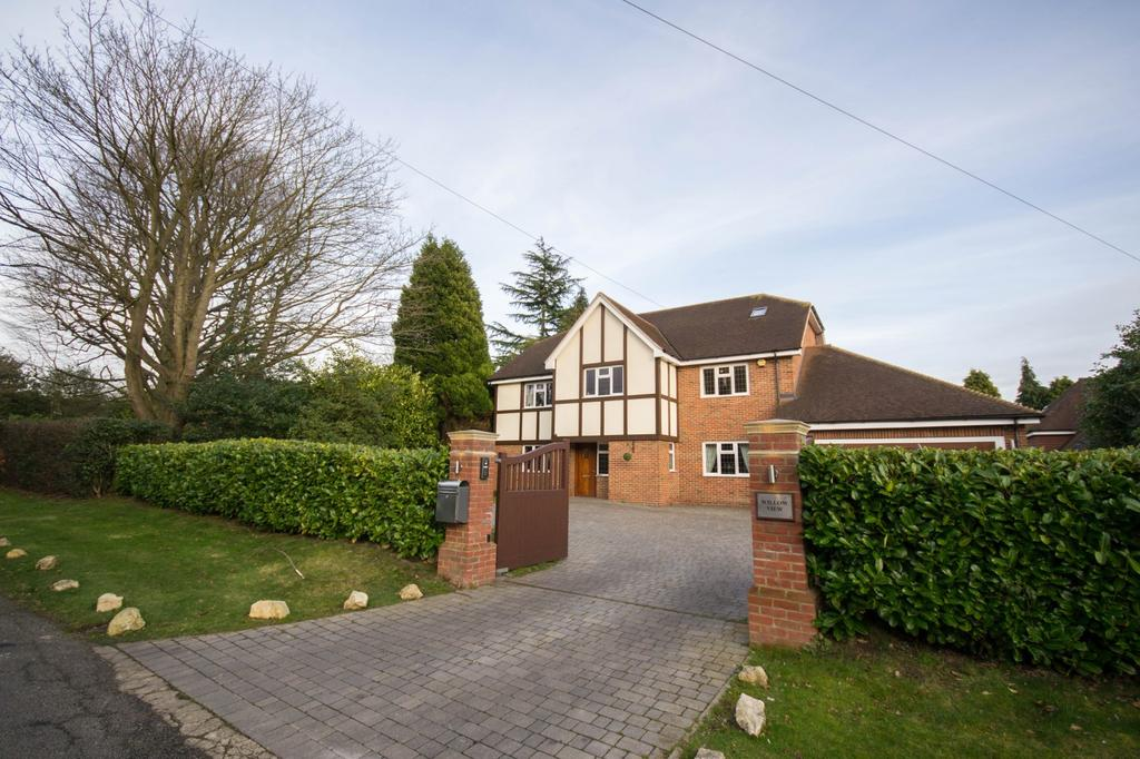 5 Bedrooms Detached House for sale in Wambrook Close, Hutton Mount, Brentwood, Essex, CM13