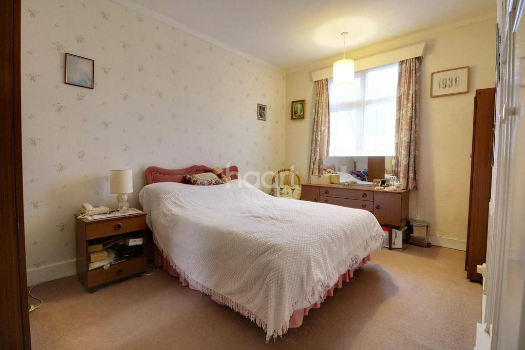 4 Bedrooms Bungalow for sale in Holyrood Drive, Westcliff on Sea