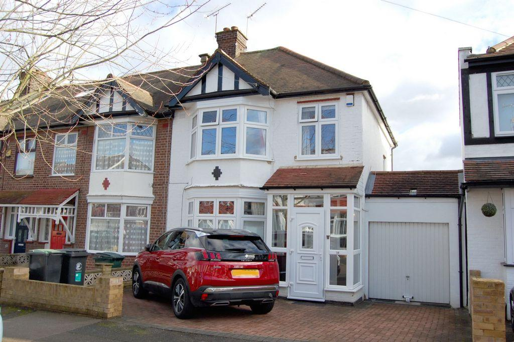 3 Bedrooms End Of Terrace House for sale in Chestnut Avenue, Buckhurst Hill, IG9