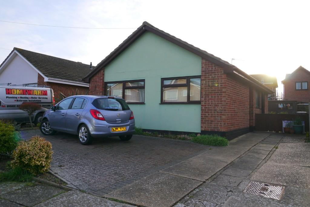 2 Bedrooms Detached Bungalow for sale in Rowan Way, South Oulton Broad, Lowestoft