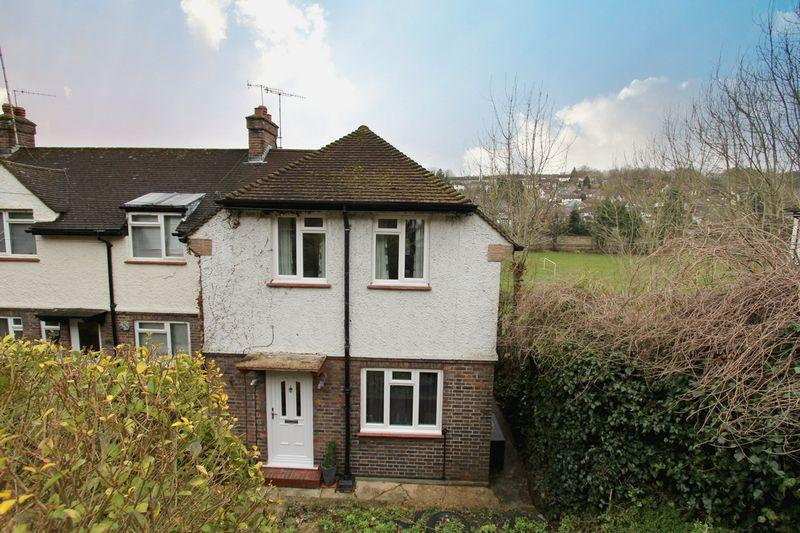 3 Bedrooms End Of Terrace House for sale in Stafford Road, Caterham