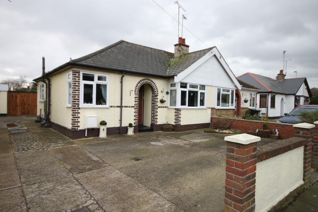 2 Bedrooms Semi Detached Bungalow for sale in Wells Avenue, Southend-on-Sea