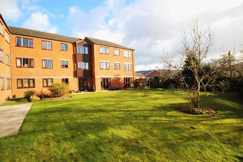 2 Bedrooms Retirement Property for sale in Attractive 2 bedroom first floor retirement flat a short walk from the town centre.