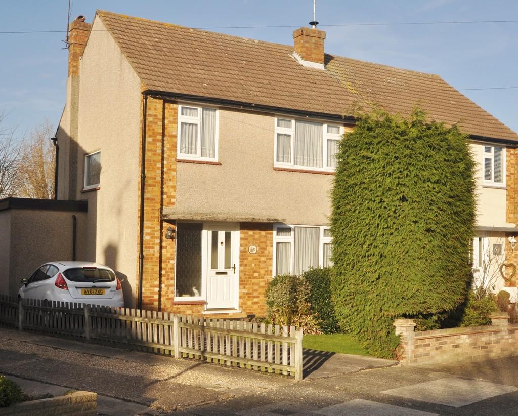 3 Bedrooms Semi Detached House for sale in Deerhurst, Benfleet