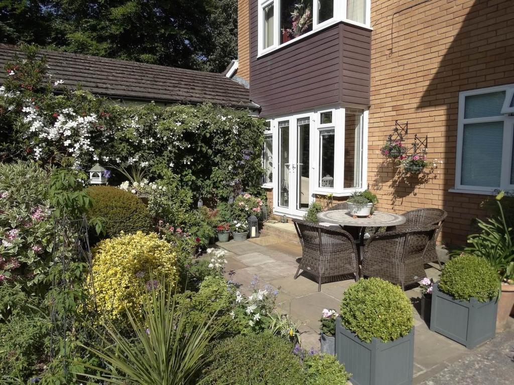 2 Bedrooms Ground Flat for sale in 4 Woodlea Gardens Ebberston Road West, Rhos on Sea, LL28 4AP