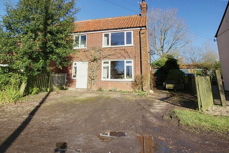4 Bedrooms Semi Detached House for sale in The Green, Guestwick, Dereham