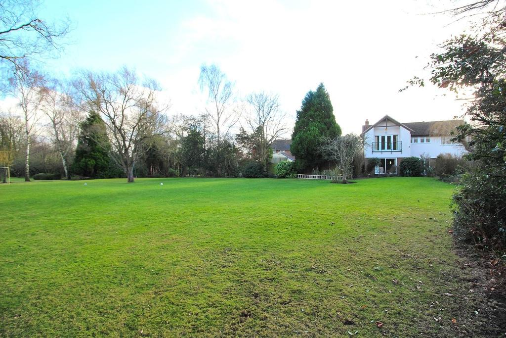 4 Bedrooms Detached House for sale in Woodhill Road, Sandon, Chelmsford, Essex, CM2