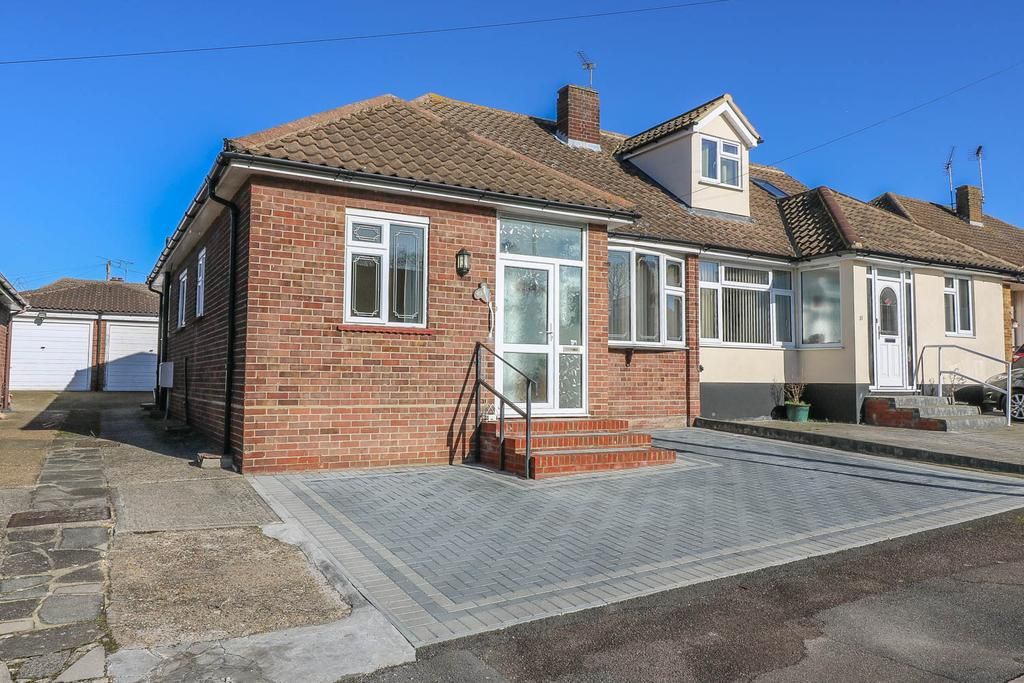 3 Bedrooms Semi Detached Bungalow for rent in Tensing Gardens , Billericay CM12
