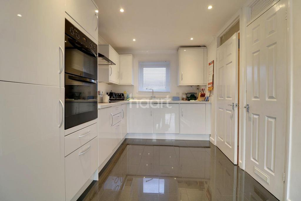 4 Bedrooms Semi Detached House for sale in Hambro Close, Rayleigh