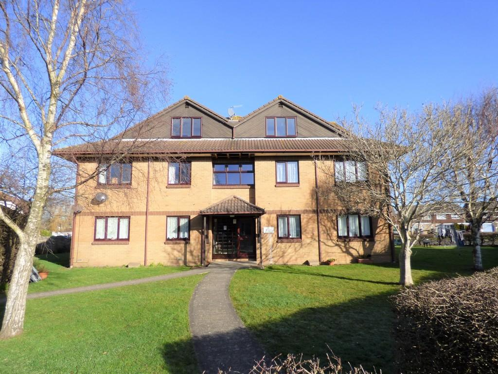 3 Bedrooms Apartment Flat for sale in Chorley Close, Oakdale