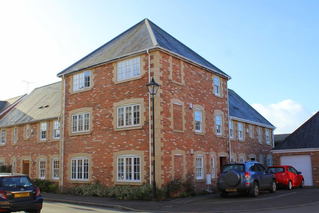 3 Bedrooms Maisonette Flat for sale in The Spa, Holt