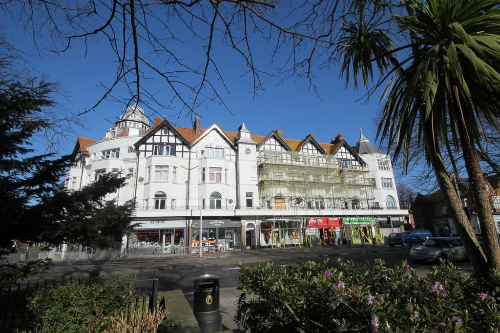 2 Bedrooms Flat for sale in Broadway Mansions, Brighton Road, Worthing BN11 3EJ