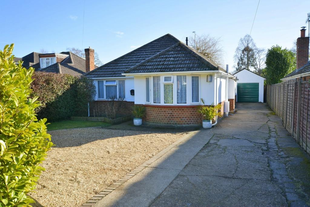 3 Bedrooms Detached Bungalow for sale in Burnbake Road, Verwood
