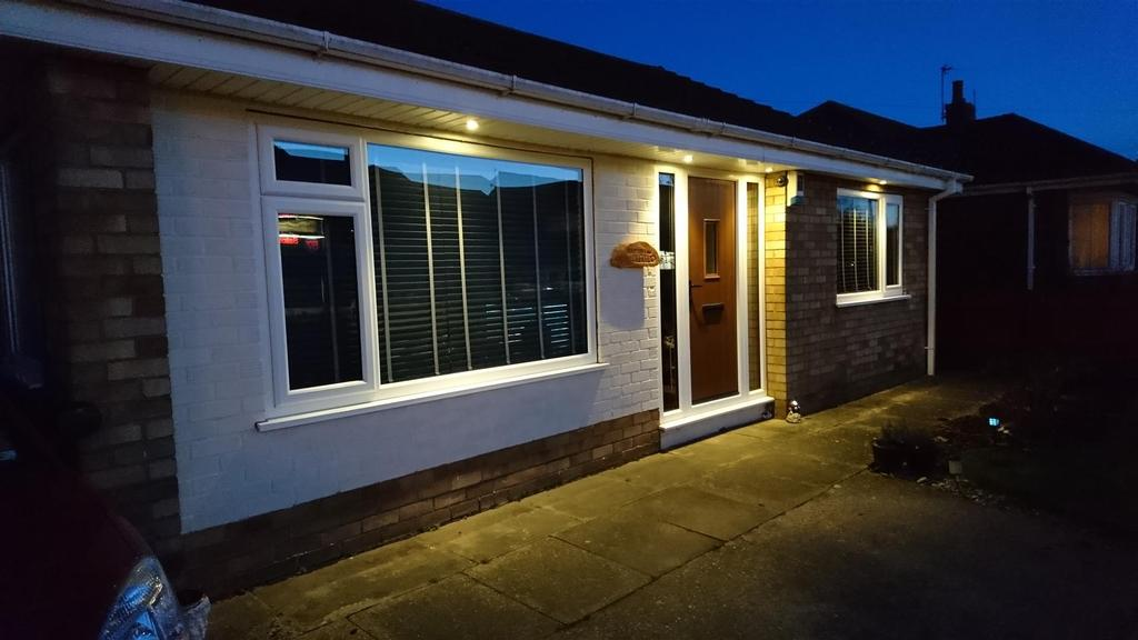 3 Bedrooms Detached Bungalow for sale in Field House Road, Humberston, Grimsby