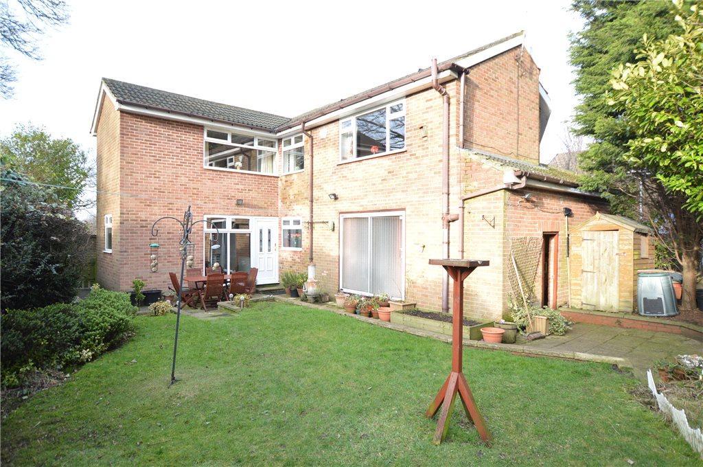 5 Bedrooms Detached House for sale in Bruntcliffe Close, Morley, Leeds