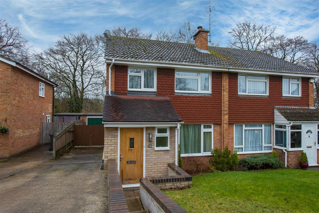 3 Bedrooms Semi Detached House for sale in Clearbrook Close, Loudwater