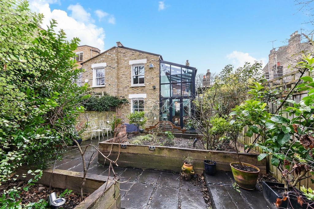 3 Bedrooms Semi Detached House for sale in Queen Elizabeths Walk, N16