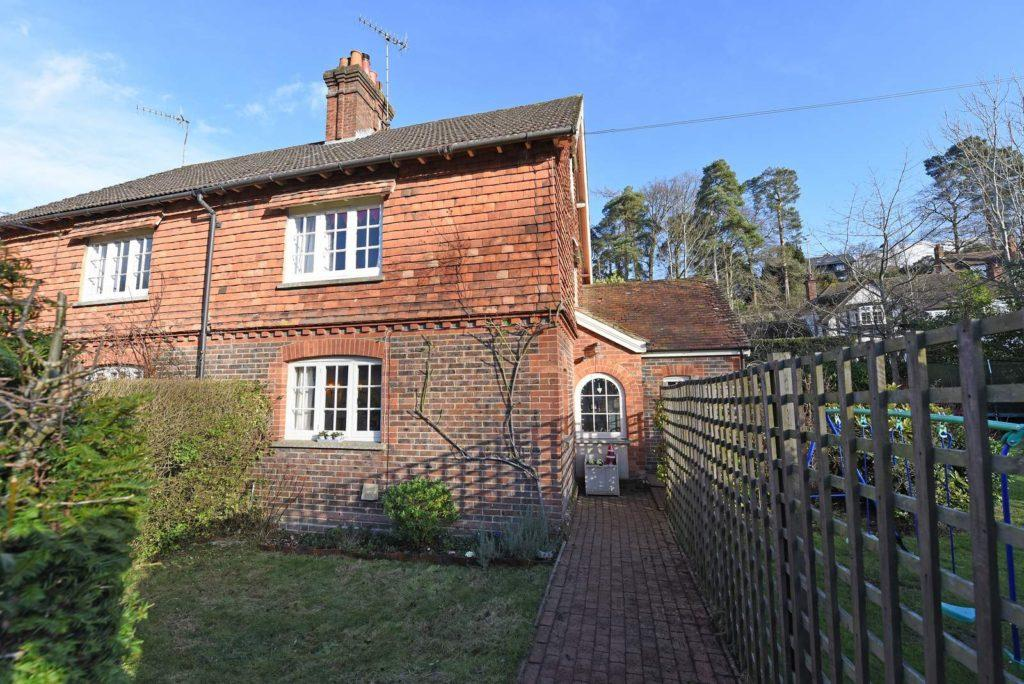 3 Bedrooms Semi Detached House for sale in Peaslake Lane
