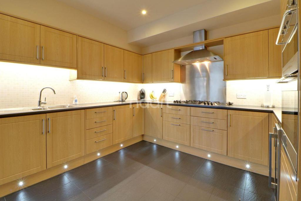 4 Bedrooms Semi Detached House for sale in Boscombe Road, Southend On Sea