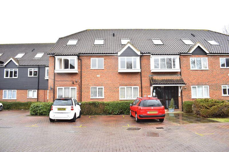3 Bedrooms Apartment Flat for sale in The Meadows, Sawbridgeworth