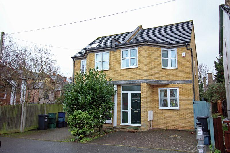 2 Bedrooms Semi Detached House for sale in Churchill Road, South Croydon, Surrey