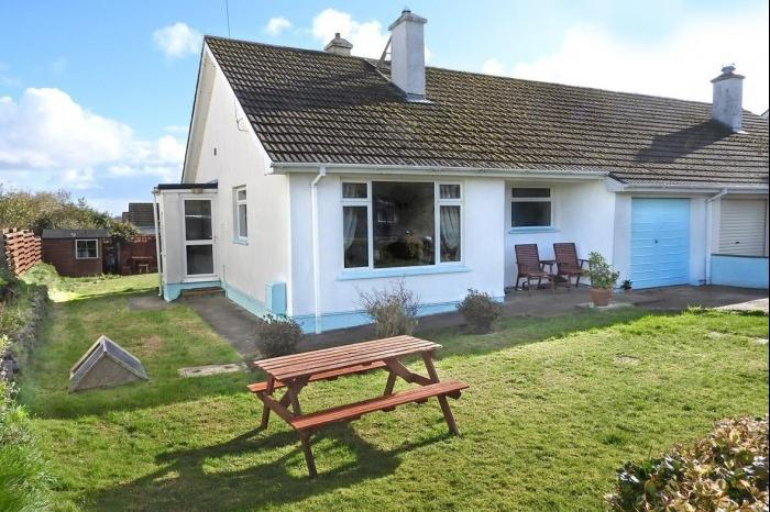 2 Bedrooms Bungalow for sale in 12 Manor Way, HELSTON, TR13