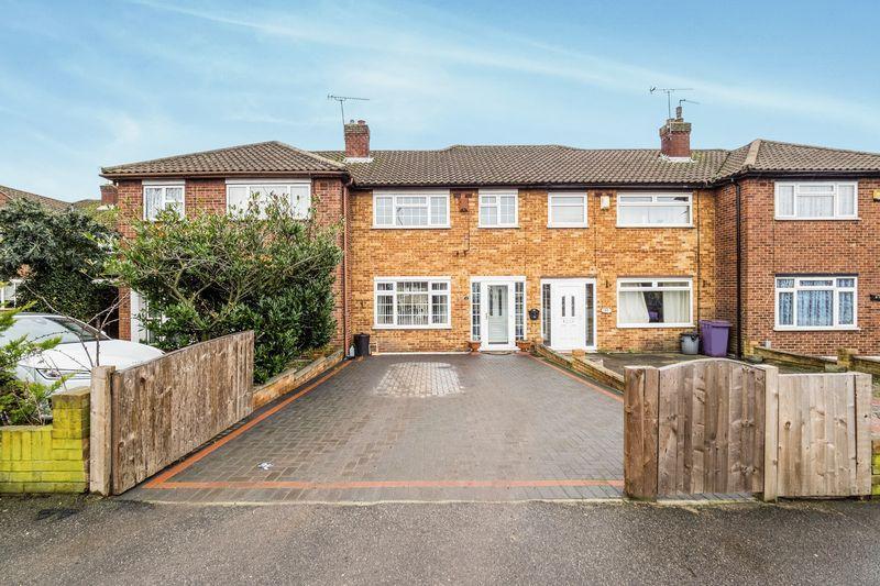 3 Bedrooms Terraced House for sale in Fairoak Gardens, Romford