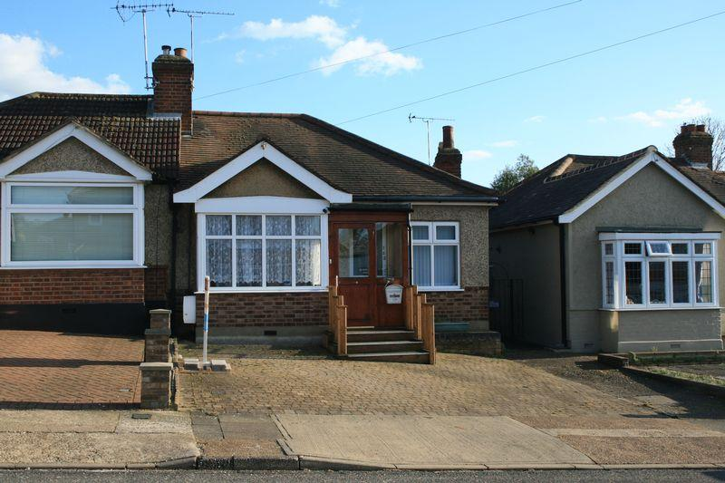 2 Bedrooms Bungalow for sale in Parkside Avenue, Marshalls Park, Romford