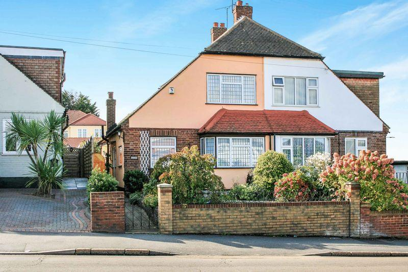 3 Bedrooms Semi Detached House for sale in Pettits Lane, Romford