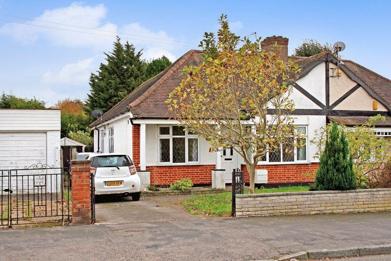 3 Bedrooms Bungalow for sale in The Drive, Collier Row, Romford