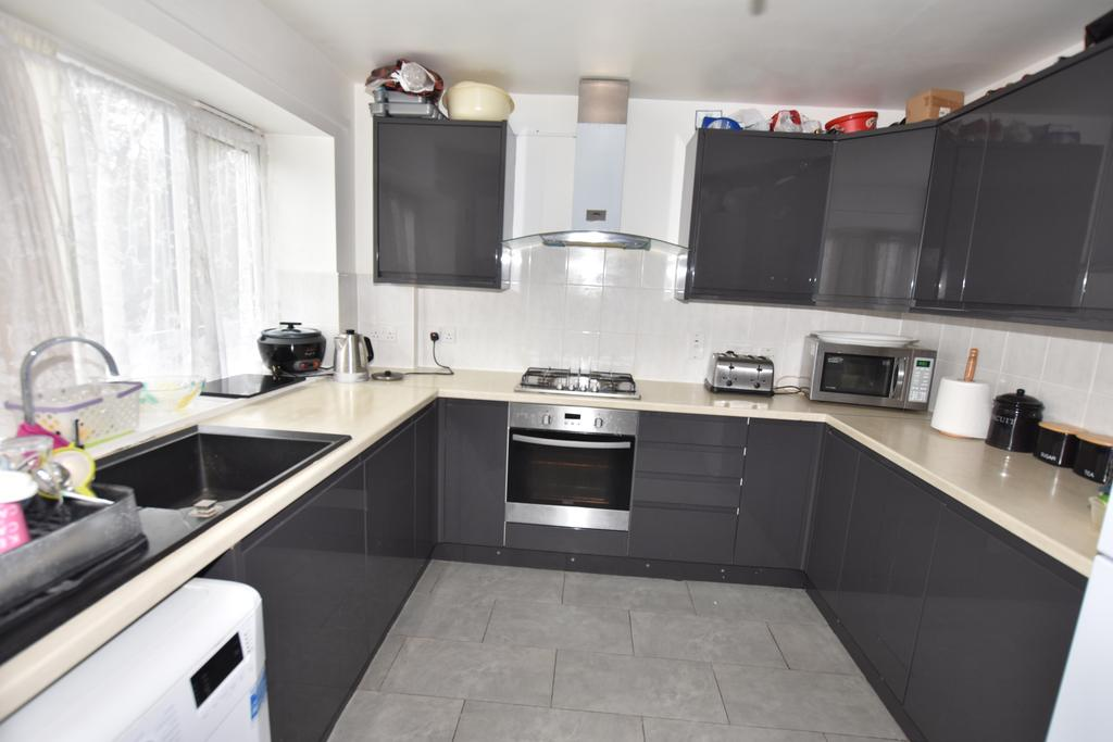 3 Bedrooms Flat for sale in Gardner House, Watermill Way, Feltham