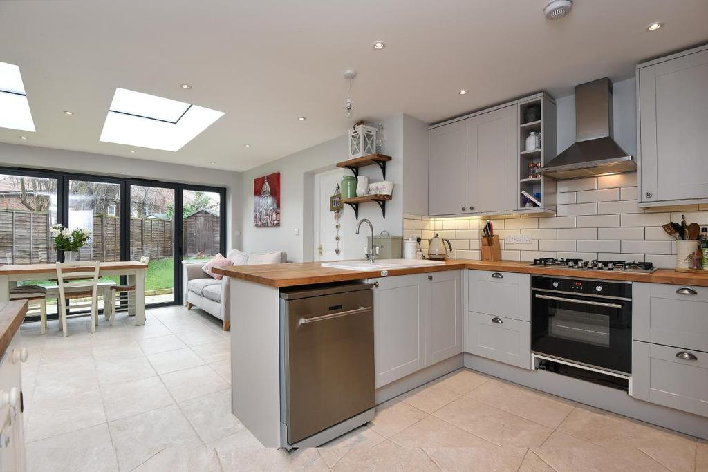 3 Bedrooms Flat for sale in Tilehurst Road, Earlsfield