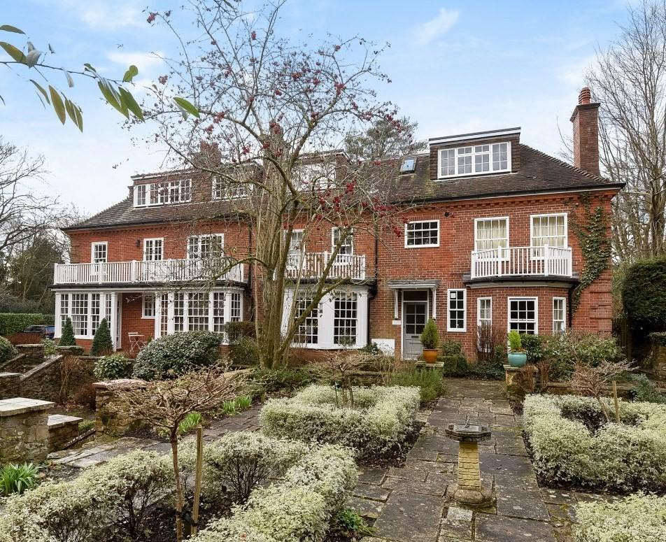 2 Bedrooms Flat for sale in Thursley House, Farnham Lane, Haslemere, GU27