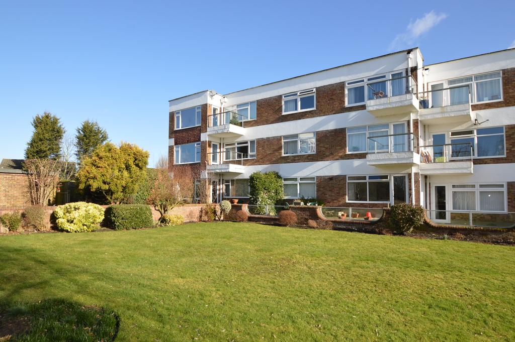 2 Bedrooms Ground Flat for sale in The Leys, HERSHAM, WALTON ON THAMES KT12