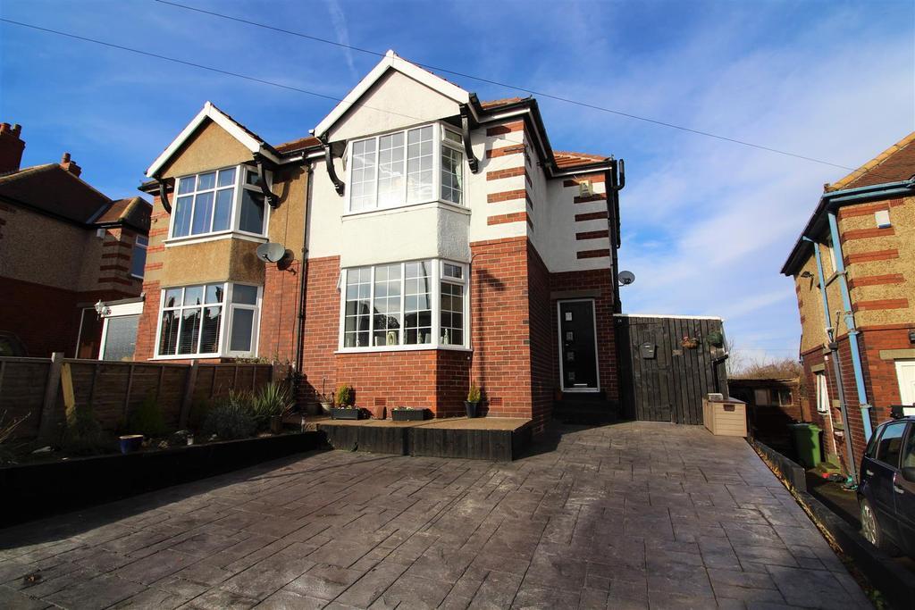 3 Bedrooms Semi Detached House for sale in Benomley Crescent, Almondbury, Huddersfield, HD5 8LU