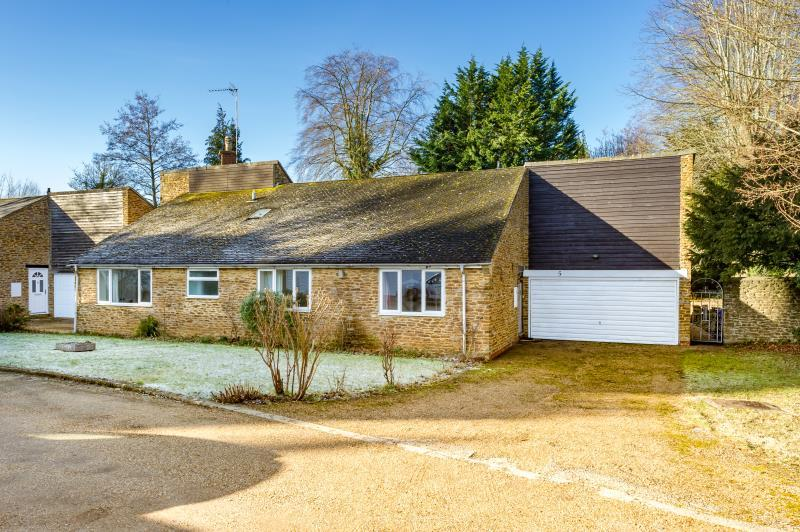 3 Bedrooms Detached Bungalow for sale in Church Close, Adderbury, Banbury, Oxfordshire