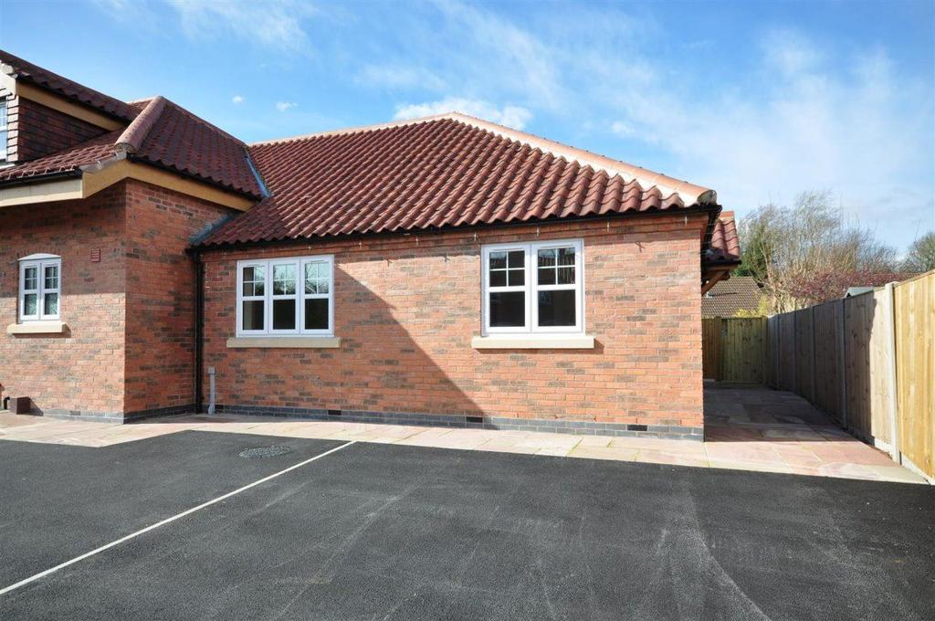 2 Bedrooms Bungalow for rent in Croft Cottages, Southwell
