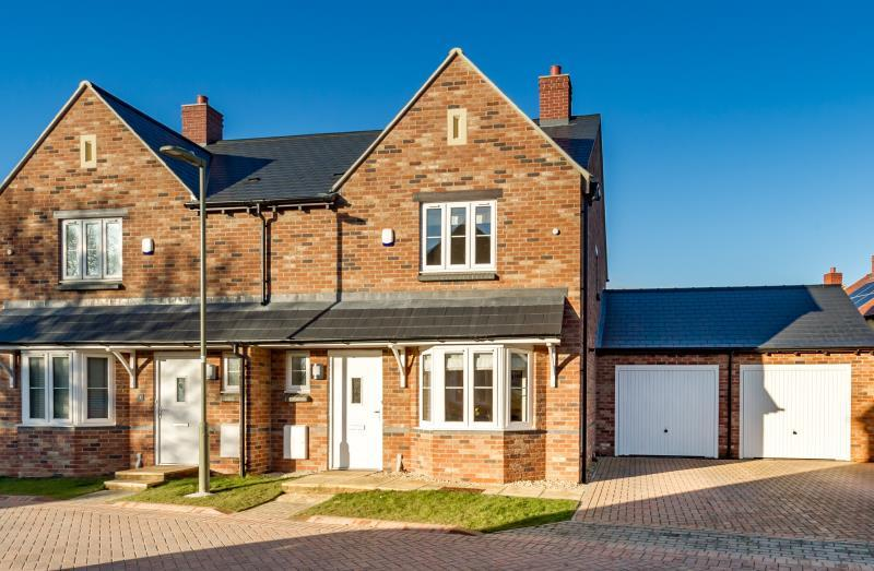 3 Bedrooms Semi Detached House for sale in Blackberry Way, Woodstock, Oxfordshire