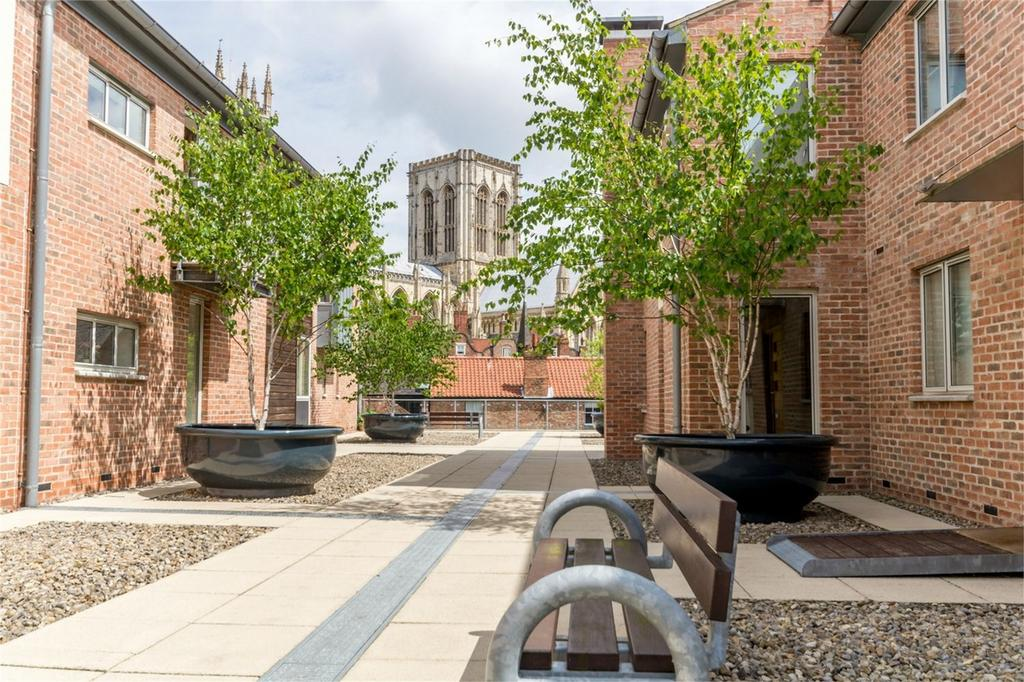 2 Bedrooms Flat for sale in Stonegate Court, Blake Street, York