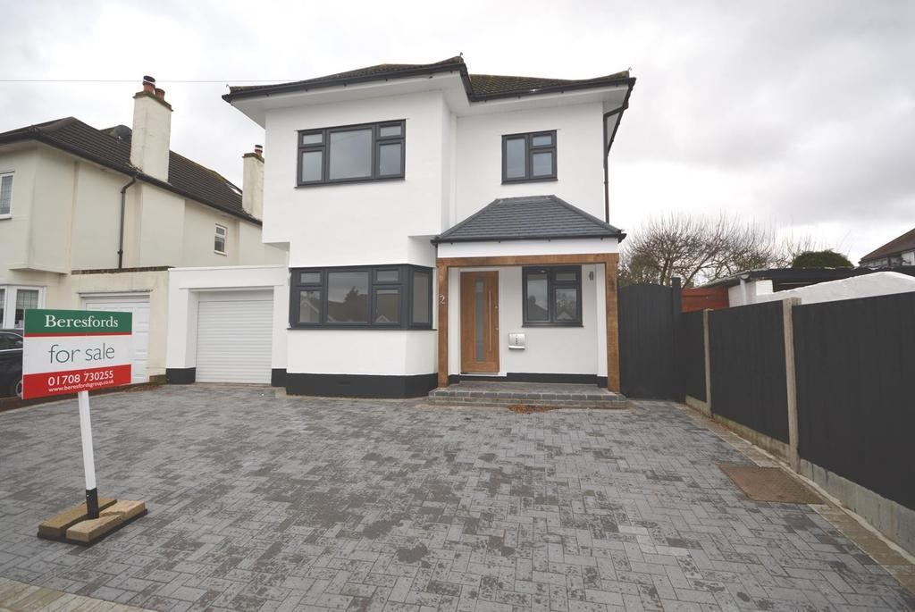 4 Bedrooms Detached House for sale in Raphael Avenue, Romford, RM1
