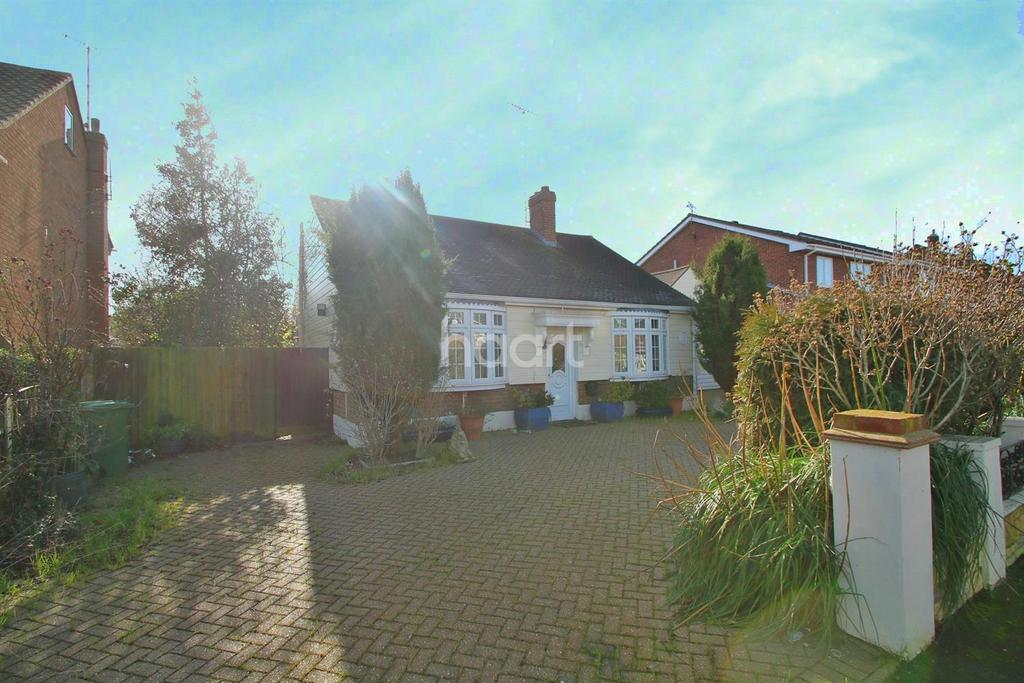 2 Bedrooms Bungalow for sale in New Century Road, Laindon