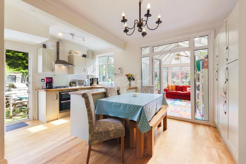 4 Bedrooms Semi Detached House for sale in Broad Walk SE3