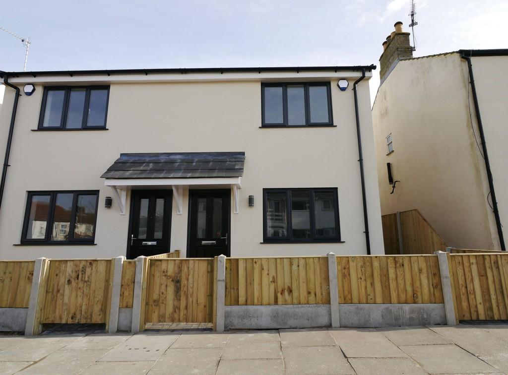 2 Bedrooms Semi Detached House for sale in All Saints Road, Pakefield, Lowestoft