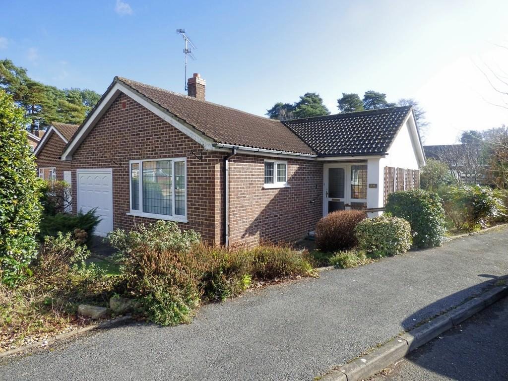 2 Bedrooms Detached Bungalow for sale in Grebe Close, Creekmoor