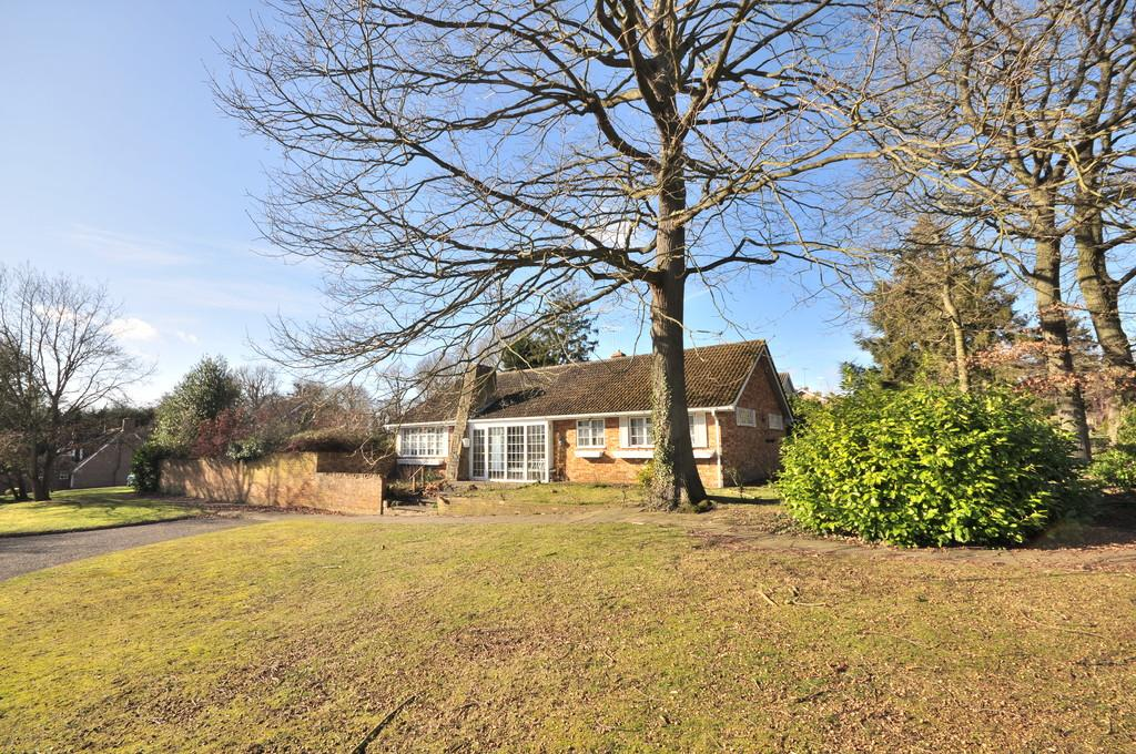 3 Bedrooms Detached Bungalow for sale in The Glade, Colchester, CO4 3JD