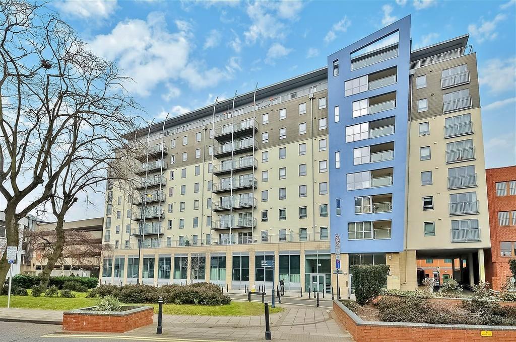 1 Bedroom Flat for sale in Woking, Surrey