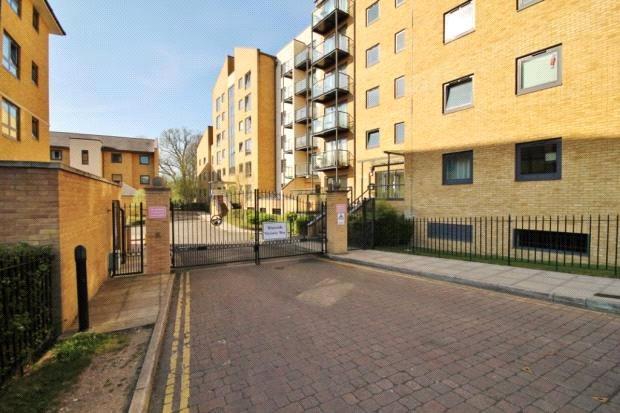 2 Bedrooms Flat for sale in Regents Court, Victoria Way, Woking, Surrey, GU21