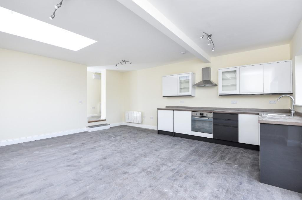 2 Bedrooms Apartment Flat for sale in Pevensey House, Beacon Hill Road, Hindhead