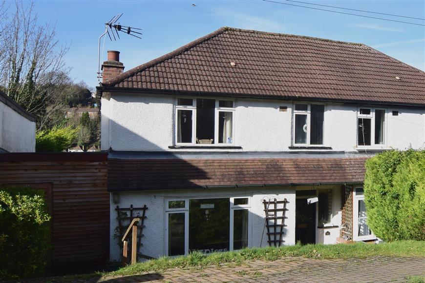 3 Bedrooms Semi Detached House for sale in Tillingdown Hill, Caterham, Surrey